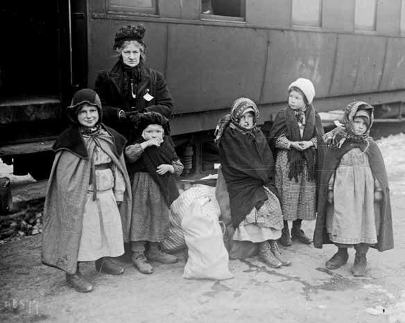 Les petits réfugiés sur le quai de la gare à Evian BnF/cl. Agence Rol.