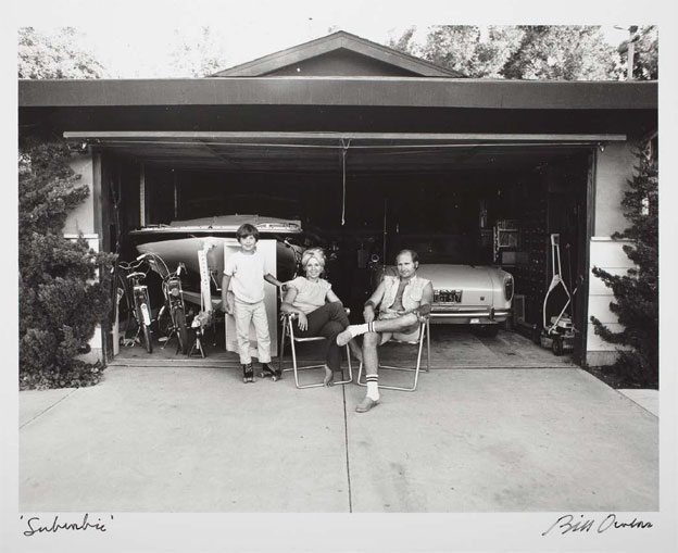 "Bill Owens ""Our house is built with the living room in the back, so in the evening we sit out front of the garage and watch the traffic go by"" (1970-1971, tirage 1982) .preuve g.latino-argentique Collection LACMA © Bill Owens"