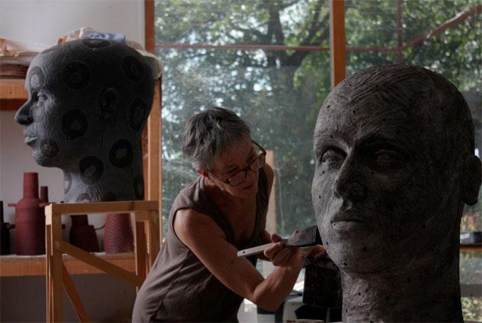 Daphne Corregan dans son atelier