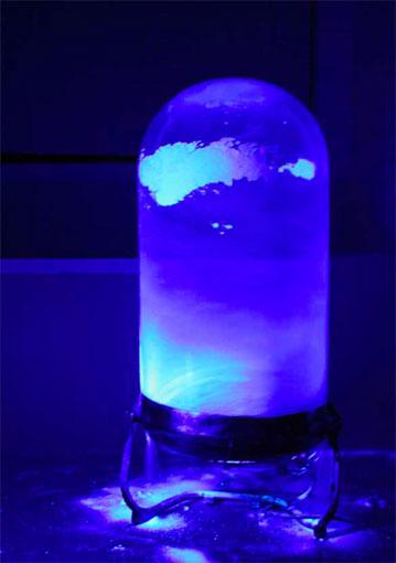 Yvan – 2012 Tempête de lessive sous cloche en verre et lumière noire