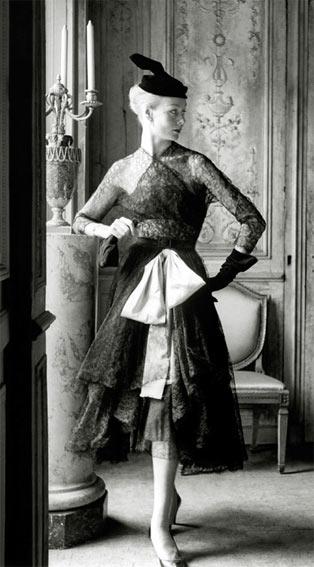 Cristóbal Balenciaga, robe et manteau de cocktail en dentelle noire, ceinture corselet rose, 1951 © Henry Clarke/Corbis