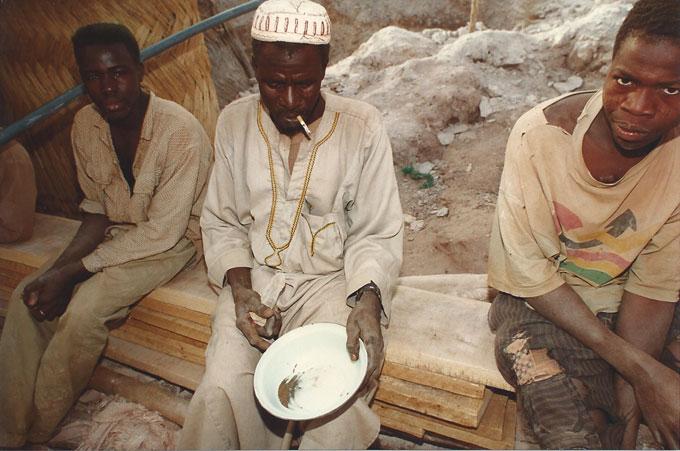 Burkina Faso. Quelques paillettes d'or ©Pierre Aimar