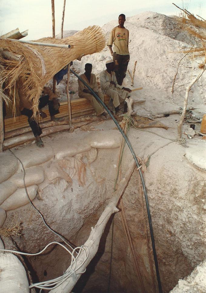 Burkina Faso. Puits de mine d'or sans étai © Pierre Aimar