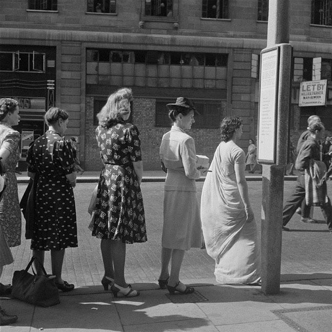 La queue pour le bus, Londres, 1947 © Ministère de la Culture - Médiathèque de l'architecture et du patrimoine, Dist. RMN-Grand Palais / Marcel Bovis
