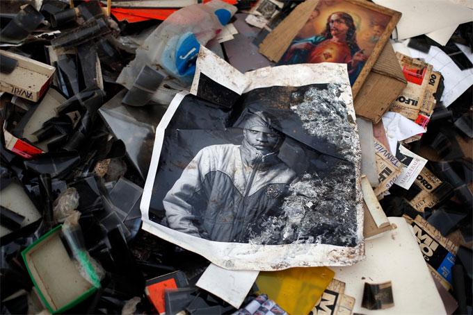 Banguy, Centrafrique, reportage sur la mémoire pillée de Samuel Fosso paru dans Le Monde daté du 8 février 2014, 2014 40 x 60 cm