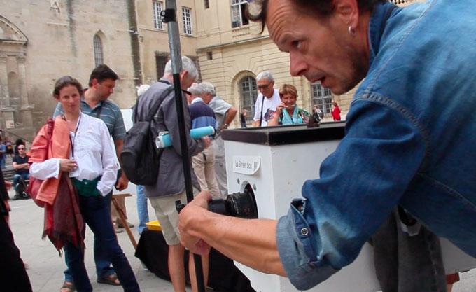 Photographe de rue à l'ancienne avec sa Street Box © Pierre Aimar