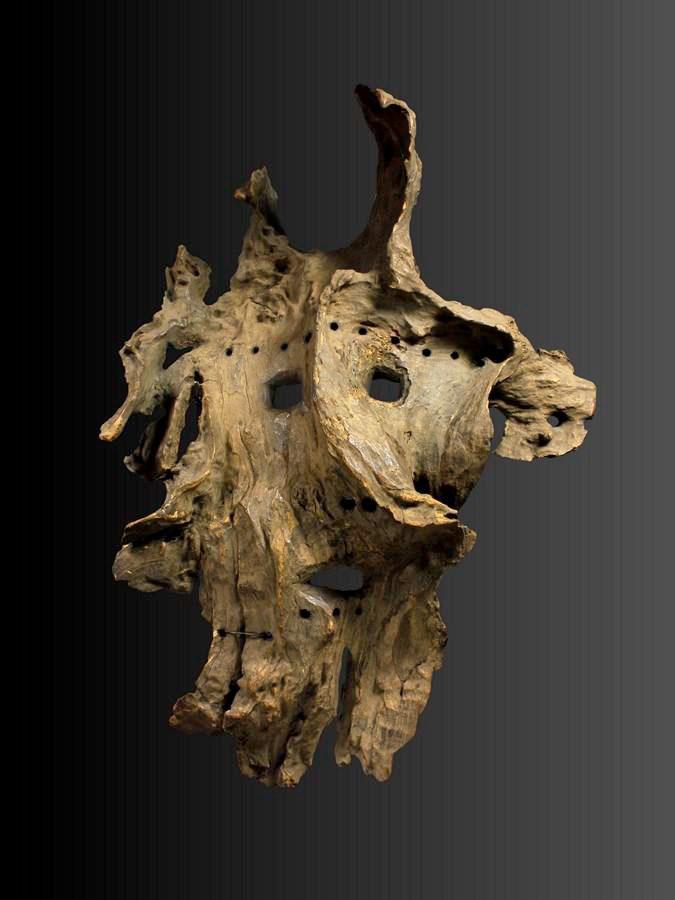 Masque de l'ouest du Népal, bois, traces de sindur (vermillon) et fil de fer (réparations locales), 40 cm. INDIAN HERITAGE / 21 rue Guénégaud, Paris 6e