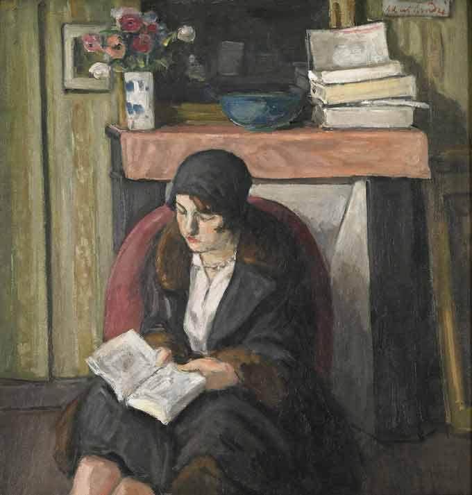 Albert André. Lya lisant devant la cheminée, 1935. Huile sur toile 65,5 x 63 cm. Collection Musées de Montbéliard. Dépôt du Musée d'Orsay. Photo : Pierre Guenat