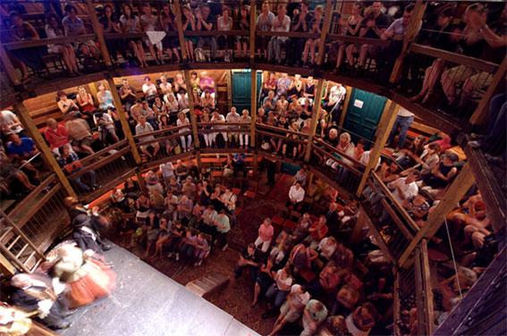 Du 15 juin au 15 juillet 2015, Festival La Tour Passagère à Lyon : l'installation d'un théâtre élisabéthain