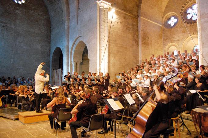 Michel Piquemal dirige le Grand Chœur du 38e Festival et l'Orchestre Contrepoint