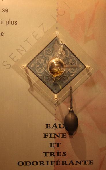 Chaque parfum est diffusé à l'aide d'une poire et permet au visiteur de découvrir des senteurs rares © Pierre Aimar