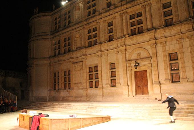 La longue terrasse du château est aussi redoutée des acteurs que le mur d'Orange par les chanteurs lyriques © Pierre Aimar