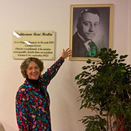 Elisabeth Herbin, pianiste, devant la stèle dédiée à son père