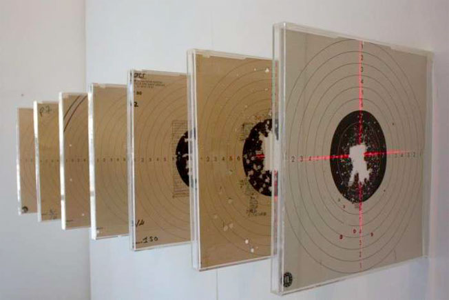 Trajectoire brodée, 2014 Dispositif de cibles, plexiglas, laser, 50 x 120 cm