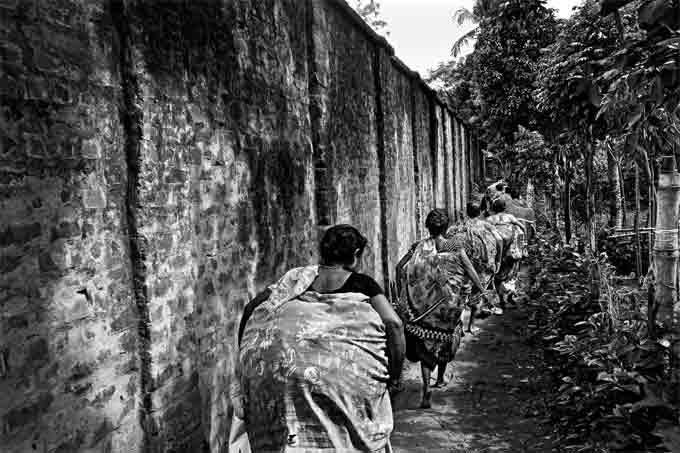 Gaël Turine, Le mur et la peur. Inde/ Bangladesh 2013 - Passage clandestin de femmes transportant des marchandises © Gael Turine /Agence Vu
