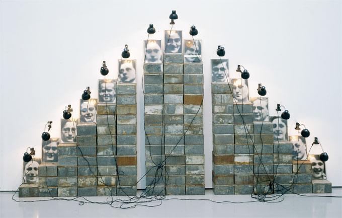 Christian Boltanski, Autel Chases, 1988, fer, photographie gélatiné argentique sur papier baryté et matériel électrique. © Adagp, Paris 2016. © Yves Bresson / MAMC.